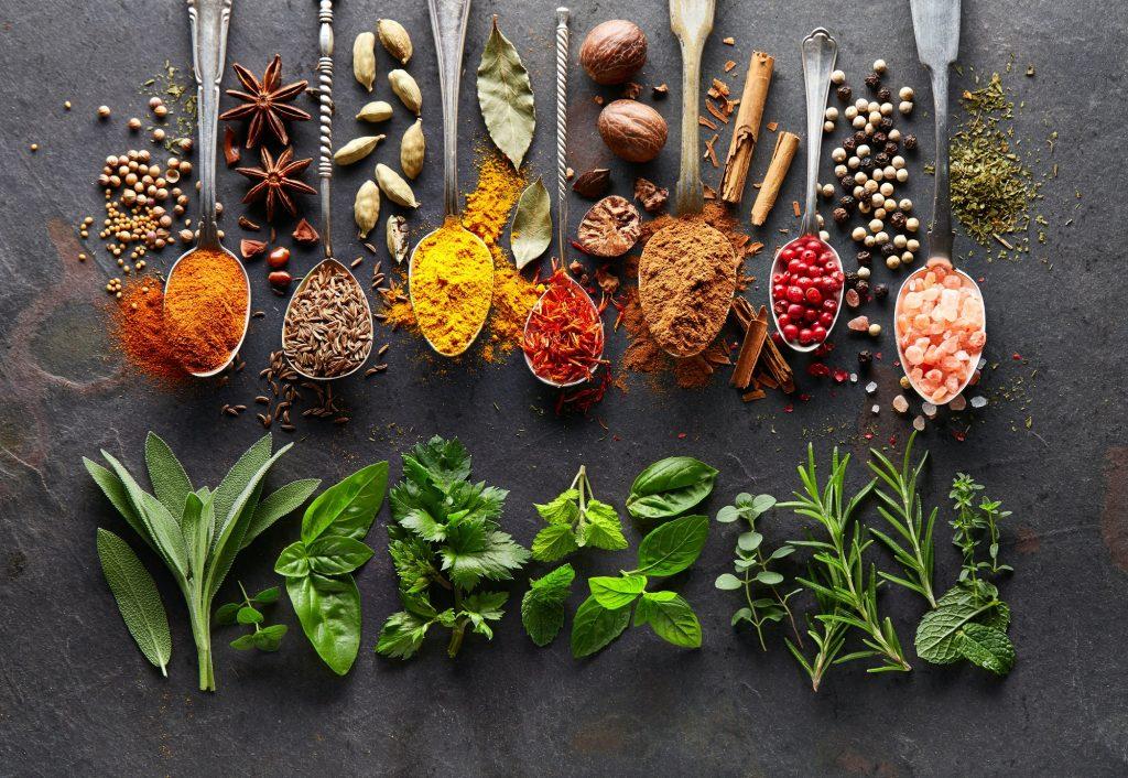Mélange d'épices en pots et d'herbes aromatiques